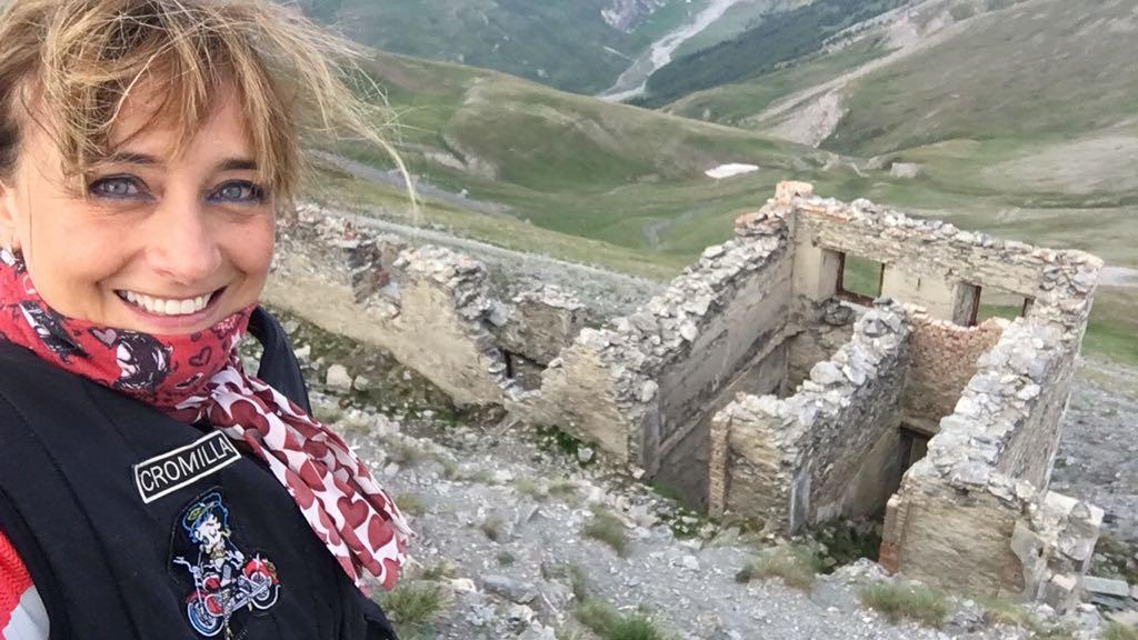 """La motoviaggiatrice """"Cromilla"""" in tour sulle strade ex militari della Valsusa in stile enduro a testare la nuova """"Regina Himalayana"""" della Royal Enfield"""